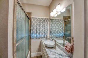 206 E Post Oak St in Burnet, TX full bathroom