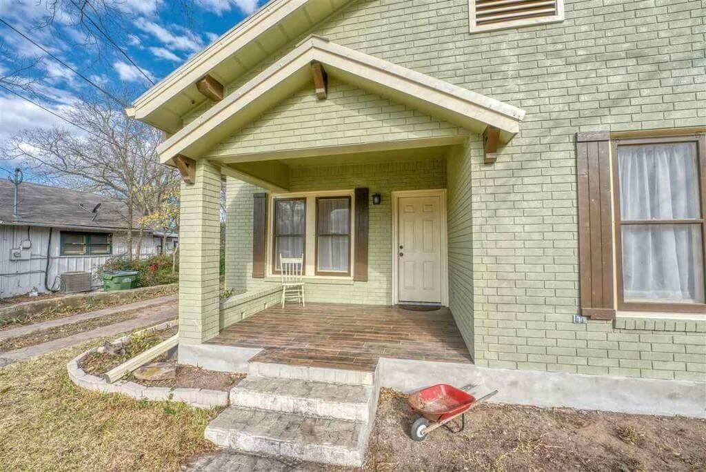 206 E Post Oak St in Burnet, TX front porch